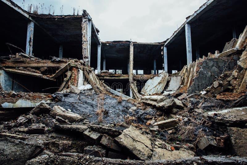 Destruido totalmente por guerra se derrumbó el edificio industrial imagen de archivo