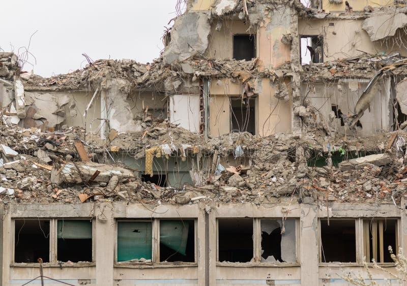 Destruiu o pr?dio de apartamentos ap?s o desastre Arquivo: #248001075   Autor: familylifestyle imagens de stock