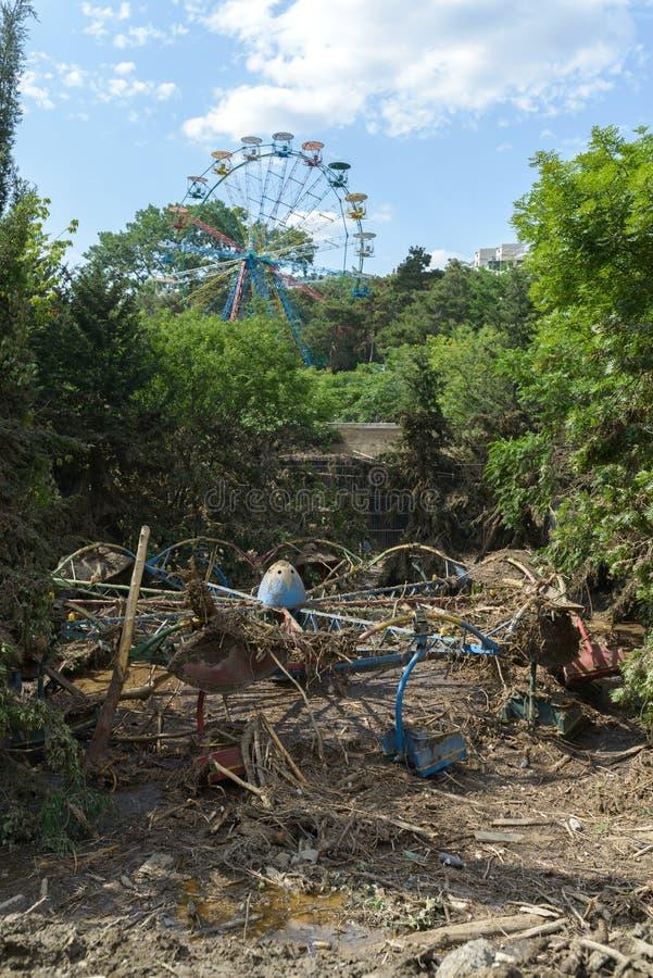 Destruyó un patio en el parque zoológico después de la inundación imagenes de archivo