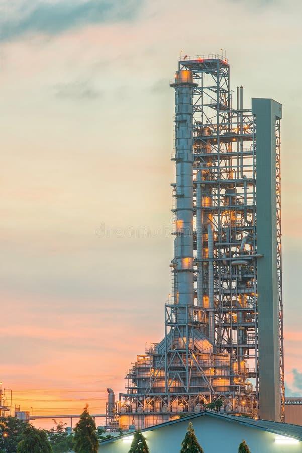 Destylacja rafineria ropy naftowej przy zmierzchem zdjęcia royalty free