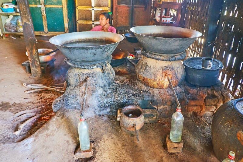 Destylacja silny alkohol od palmowej aproszy, Bagan, Myanmar obraz stock