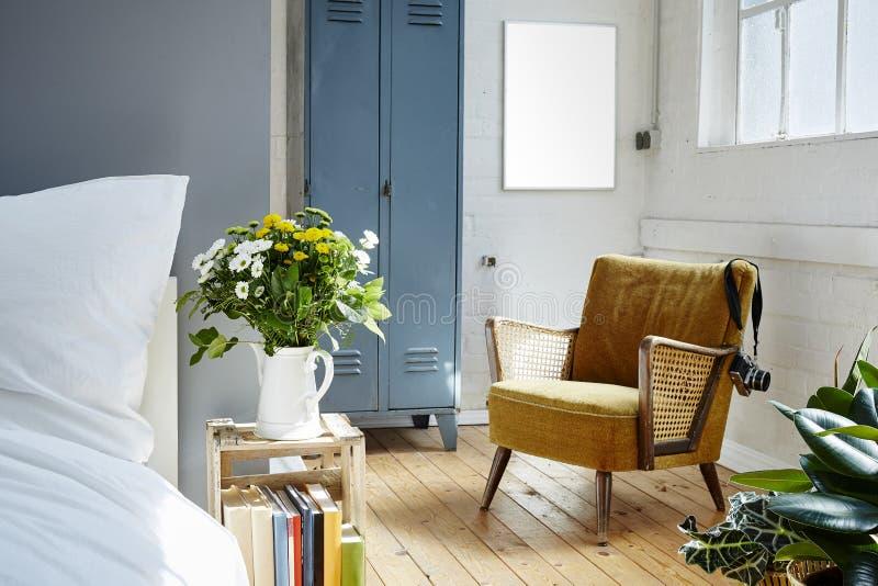 Desván industrial con la luz y las plantas de la mañana de los muebles del vintage imagen de archivo libre de regalías