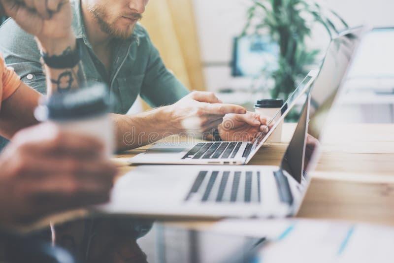 Desván moderno comercial del diseño interior del ordenador portátil de Working Wood Table del encargado del márketing social Estu imagenes de archivo