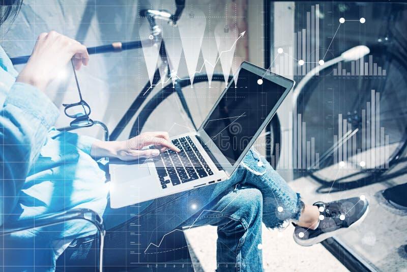 Desván moderno de proceso del estudio del trabajo Puesta en marcha del negocio de trabajo de la oficina de los compañeros de trab imagen de archivo