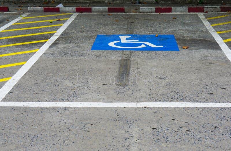Desvantagem azul no sinal de estacionamento do carro fora para deficiente, a cadeira de rodas ou a pessoa idosa velhos fotografia de stock royalty free