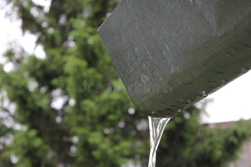 Deszczówka bieg zestrzelają rynsztokową rynnę 30802 obrazy royalty free