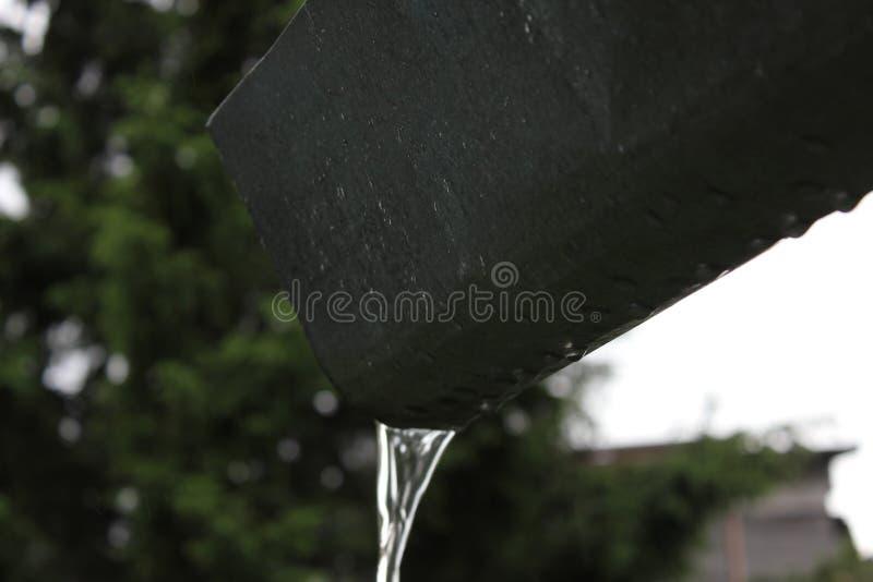 Deszczówka bieg zestrzelają rynsztokową rynnę obraz stock