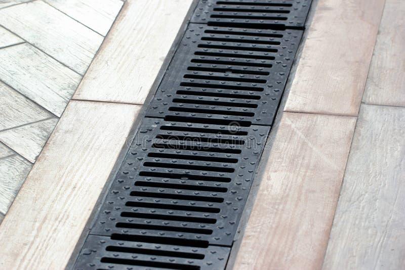 Deszczówka drenażowy system na chodniczku zdjęcia stock