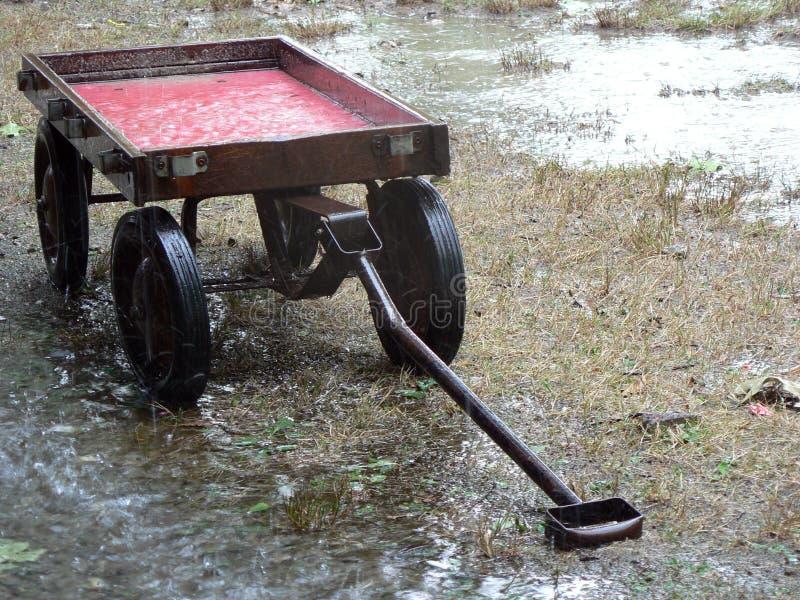 deszcz 1 czerwony wózek fotografia stock