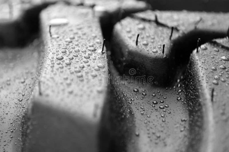 Deszcz krople na oponie obrazy stock