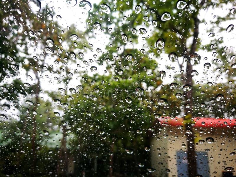 Deszcz krople na samochodowym okno fotografia stock