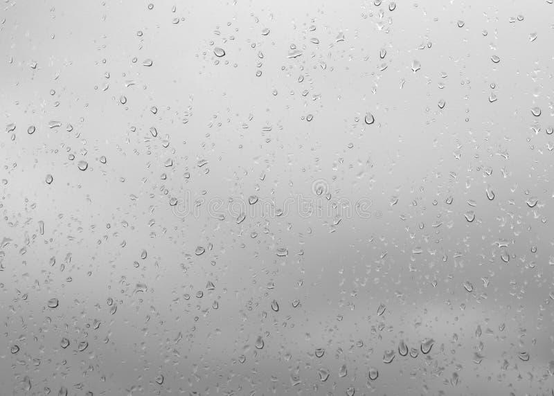 Deszcz krople, wodne krople deszcz na nadokiennego szkła błękita backgroun zdjęcie royalty free