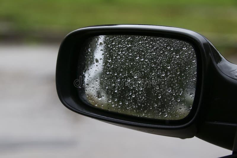Deszcz na samochodowym bocznego widoku lustrze zdjęcie stock