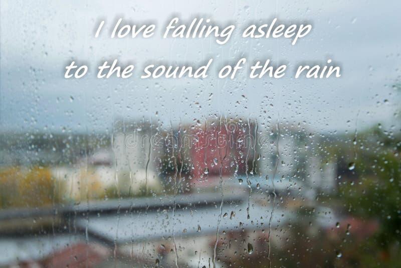 Deszcz opuszcza na okno z tekstem «kocham spadać uśpiony dźwięk deszcz « zdjęcie royalty free