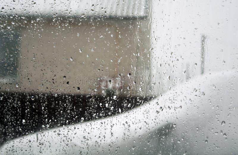 Deszcz opuszcza na samochodowym okno z plama skutkiem zdjęcie royalty free