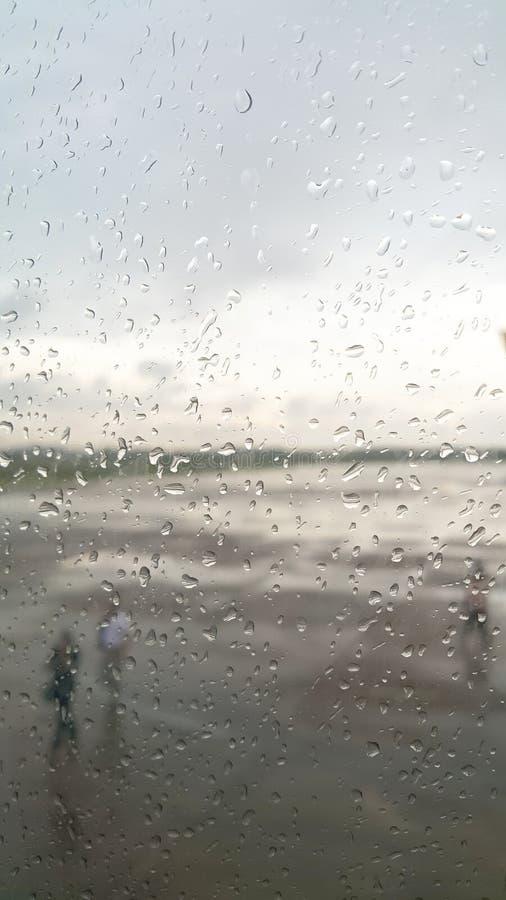 Deszcz opuszcza na samolotowych ` s okno obrazy royalty free
