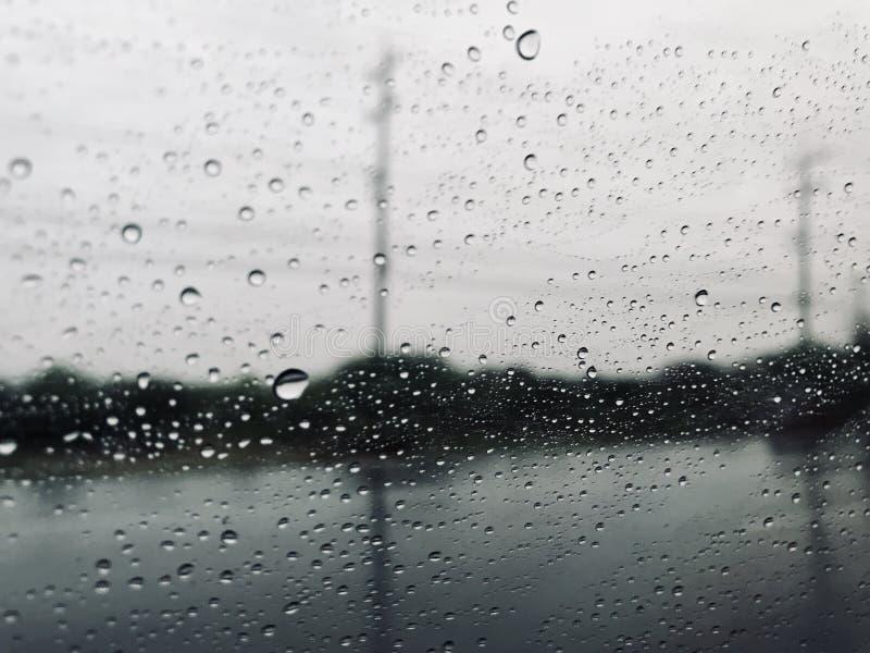 Deszcz opuszcza na stronie samochodowy bieg na ulicie W burzy zdjęcia royalty free