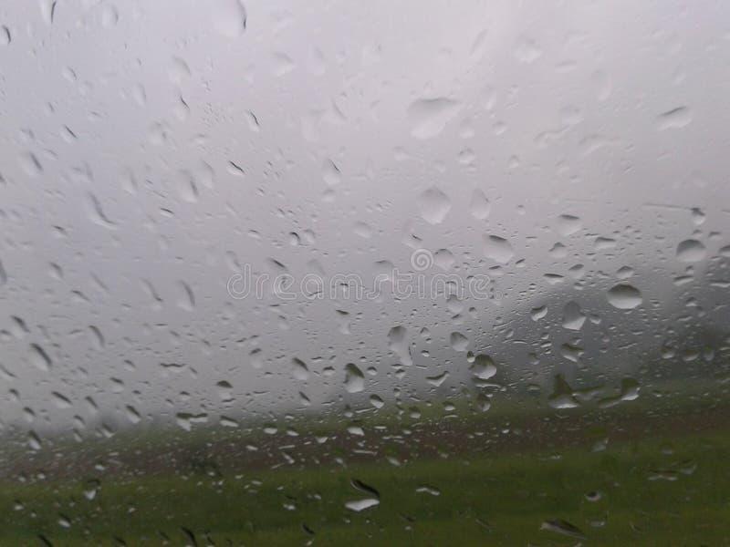 Deszcz Opuszcza Samochodowego okno widoku szkło obrazy stock