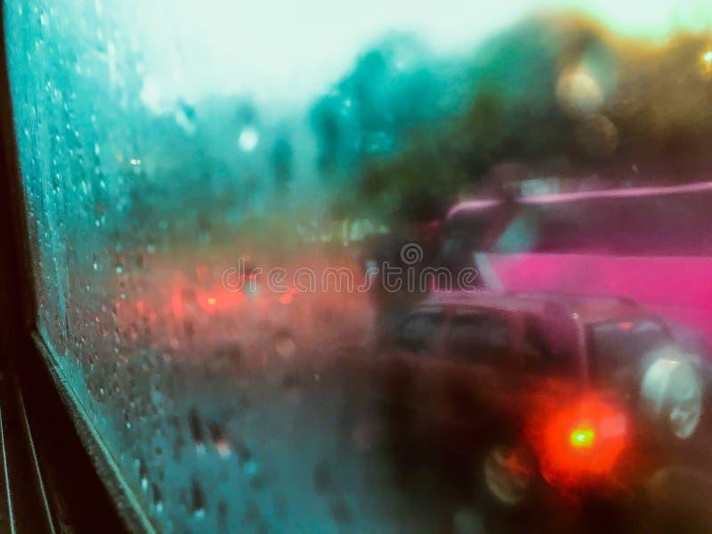 Deszcz przy autostradą z ruchu drogowego dżemem obraz stock