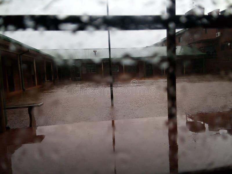 Deszczowy dzień przy szkołą obrazy stock