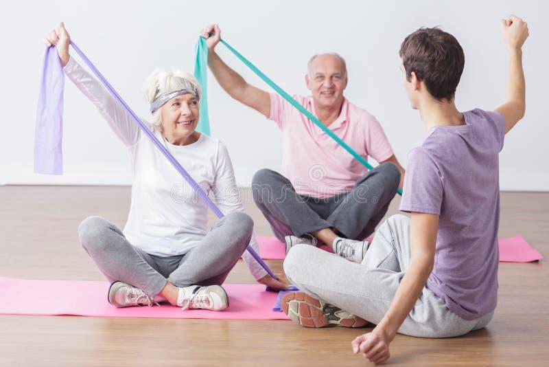 Det äldre folket gör fysiska övningar arkivbilder