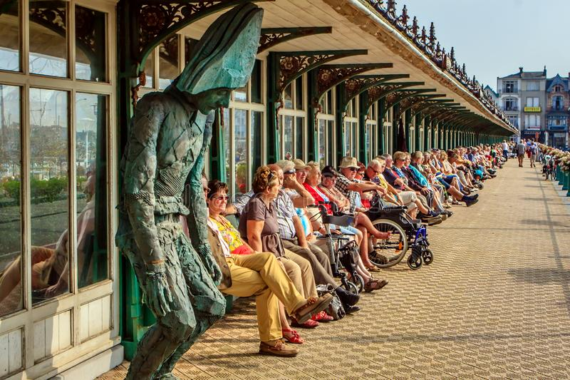 Det äldre folket tycker om solen royaltyfria foton