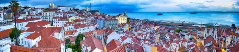 Det ?ldsta Alfama omr?det i Lissabon i Portugal Townscape landskap gjordes under en suddighetstimme panorama- bild royaltyfri fotografi
