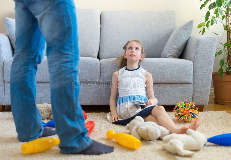 Det är dags att göra ren upp dina leksaker! arkivbild