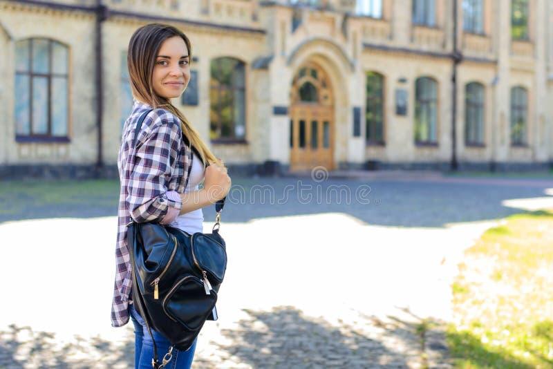 Det är den första dagen på universitetet för barn men säkert och sm royaltyfri fotografi