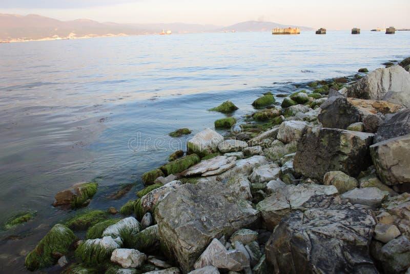 Det är en aftonsikt av havsfjärden royaltyfria bilder