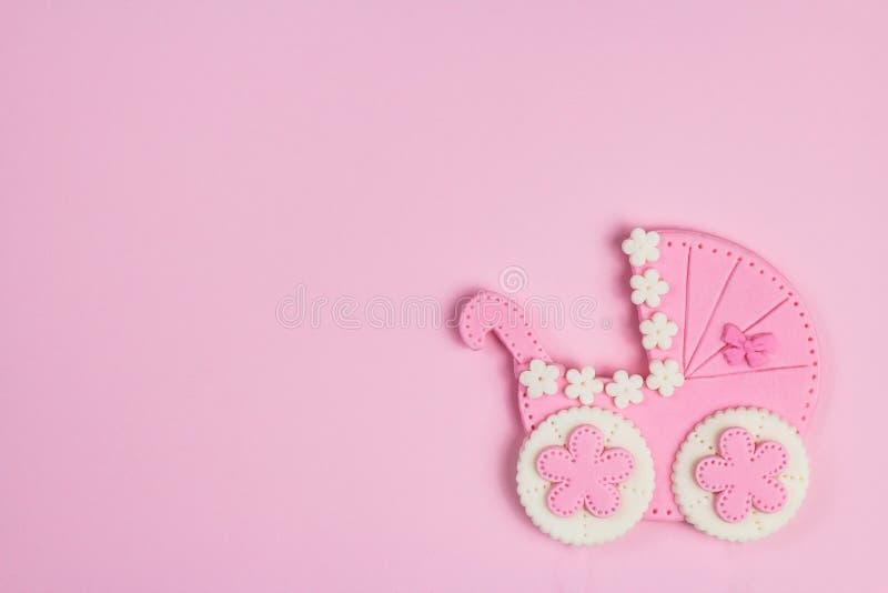 Det är ett rosa kort för flicka Nyfödd bakgrund Baby showerinbjudan Födelsemeddelande Lägenheten lägger, textutrymme arkivfoton