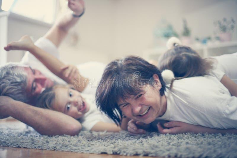 Det är gyckel som spelar med morföräldrar På flyttningen royaltyfri bild