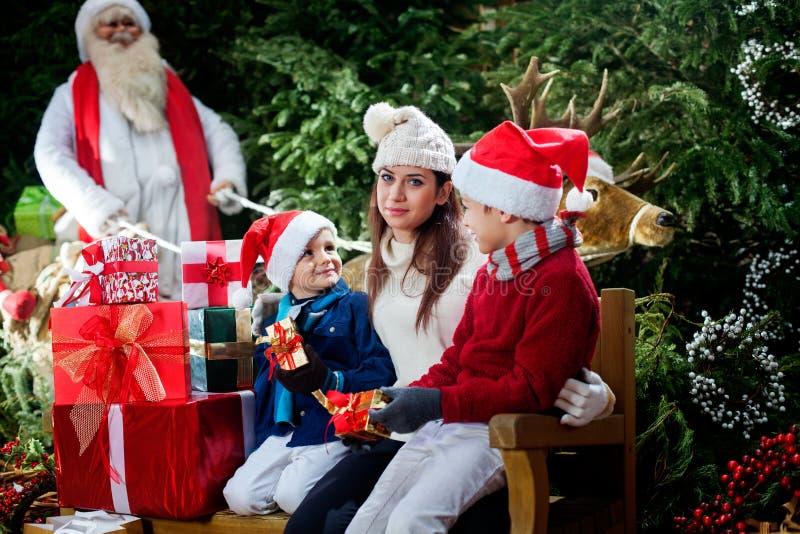 Det är jul, och Santa Claus har precis ankommit royaltyfri fotografi