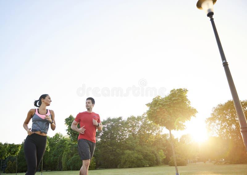 Det är lättare att jogga med partnern royaltyfri bild