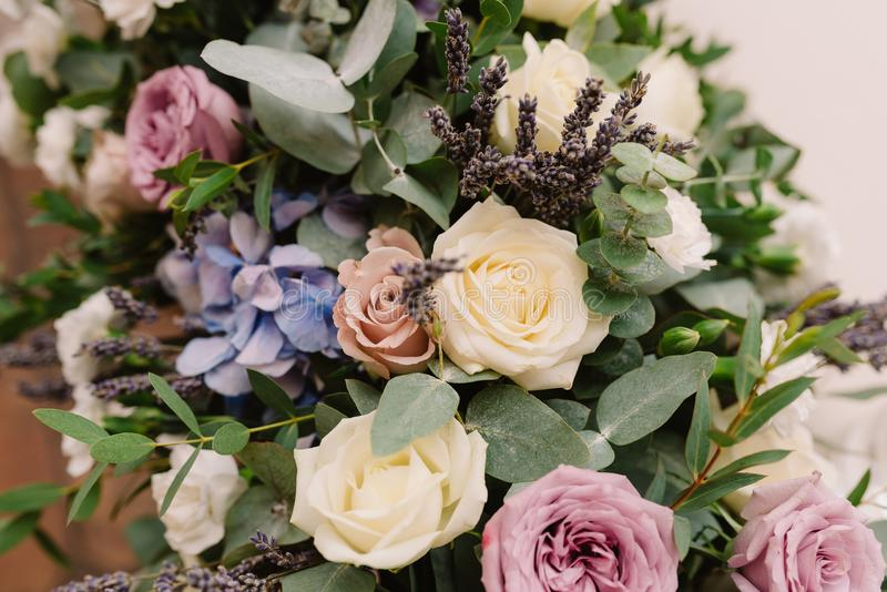 Det är mycket härliga blommor och rosor royaltyfri bild