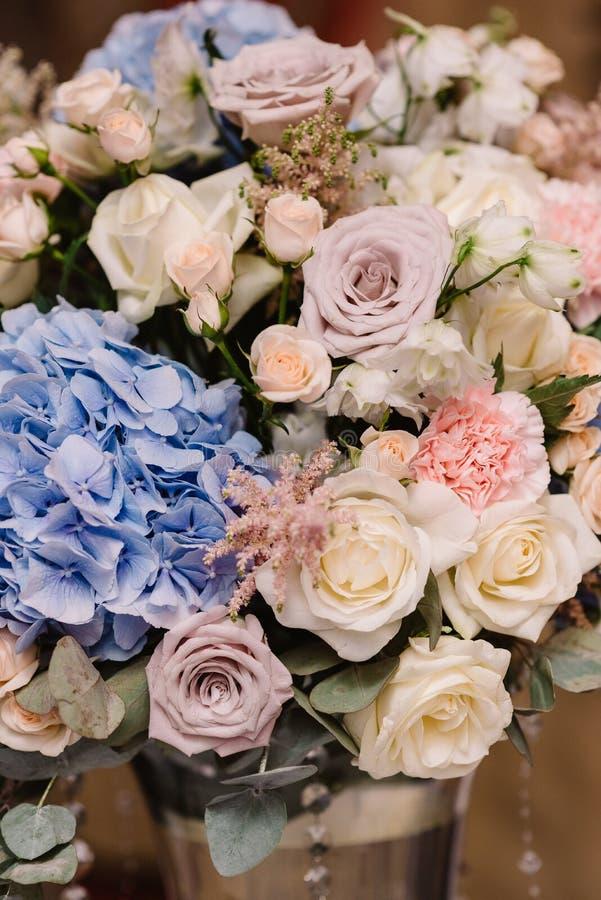 Det är mycket härliga blommor och rosor arkivbilder