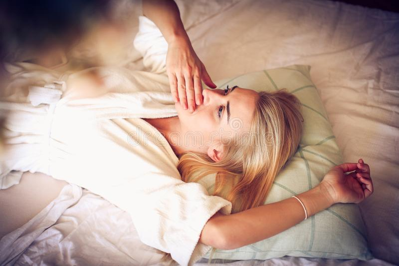 Det är tid till att drömma för dag Kvinna fotografering för bildbyråer