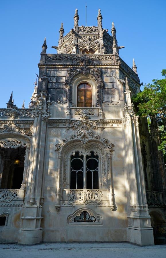 Det åttahörniga tornet av det Quinta da Regaleira godset Sintra portugal arkivfoton
