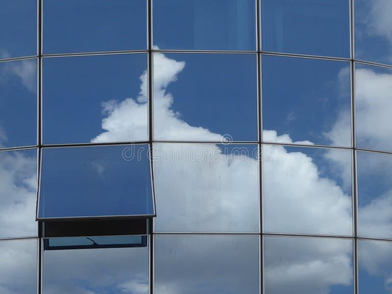 Det öppna fönstret i en modern glass byggnad med reflekterar royaltyfria foton