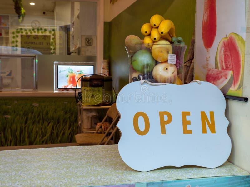 Det öppna tecknet av shoppar överst räknaren royaltyfria foton