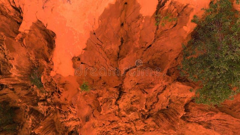 _ Det över huvudet surrskottet av den röda kanjonen vaggar i Mui Ne, Vietnam Abstrakt orange bakgrund för text eller titel arkivfoton