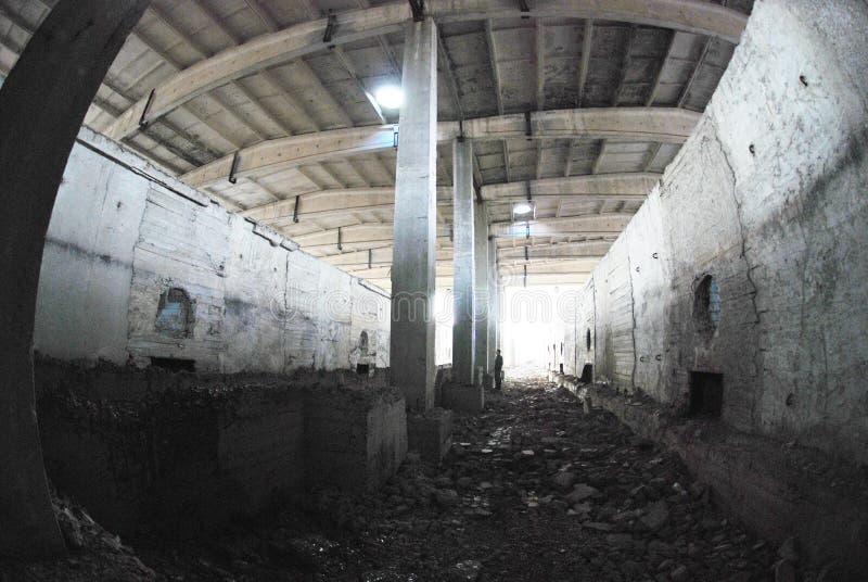 det övergivna byggnad förstörda fabrikshuset fördärvar royaltyfria bilder