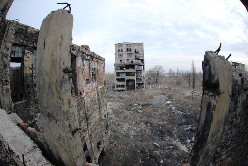 det övergivna byggnad förstörda fabrikshuset fördärvar arkivbild