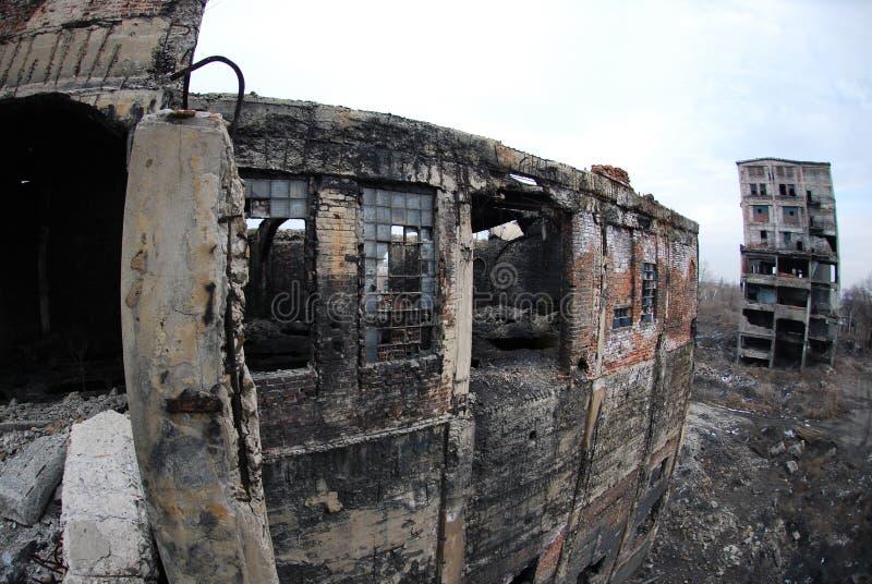det övergivna byggnad förstörda fabrikshuset fördärvar arkivfoto