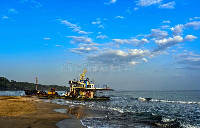 Det övergivna skeppsbrottet på Manzanillo Beach, Costa Rica royaltyfri foto