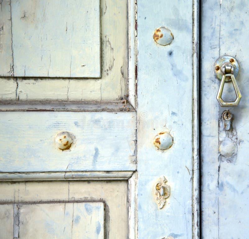 Det abstrakta korset stängde den wood dörrvenegonoen varese Italien royaltyfria foton