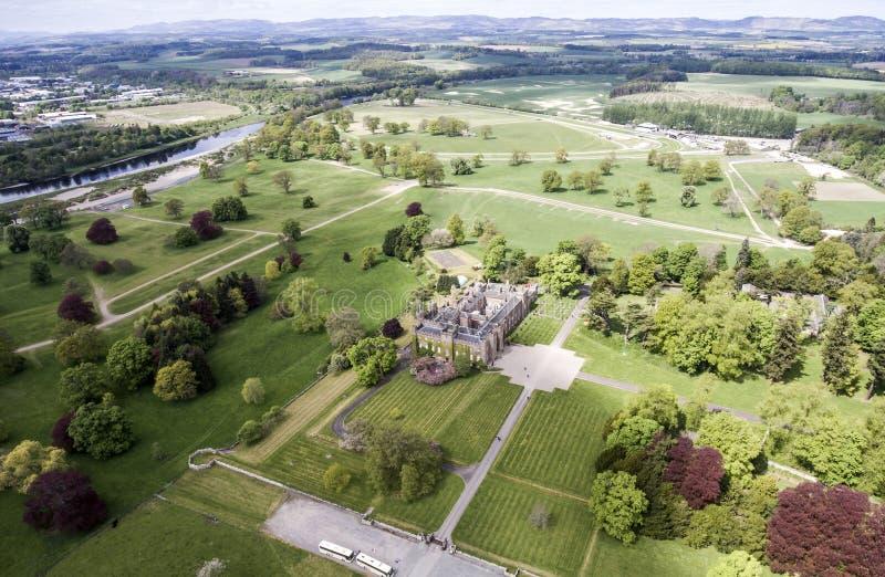 Det Aearial skottet parkerar skoglandskapslotten Skottland Storbritannien royaltyfria bilder