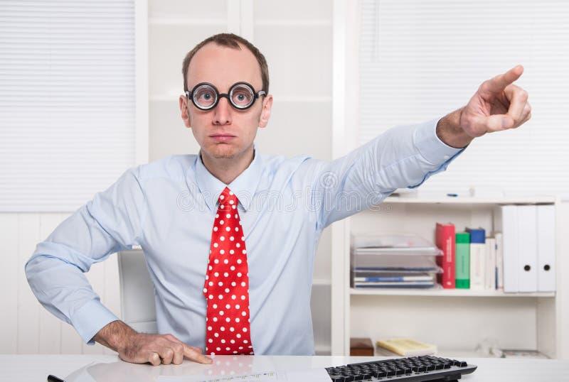 Det aggressiva framstickandet säger - gå ut ur mitt kontor - avskedande royaltyfri foto