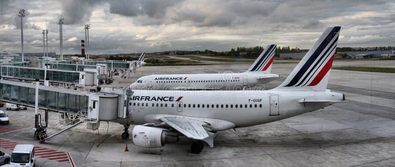 Det Air France flygbussflygplanet som parkeras på Paris flygplatsfolk, stiger ombord till flyget arkivbild