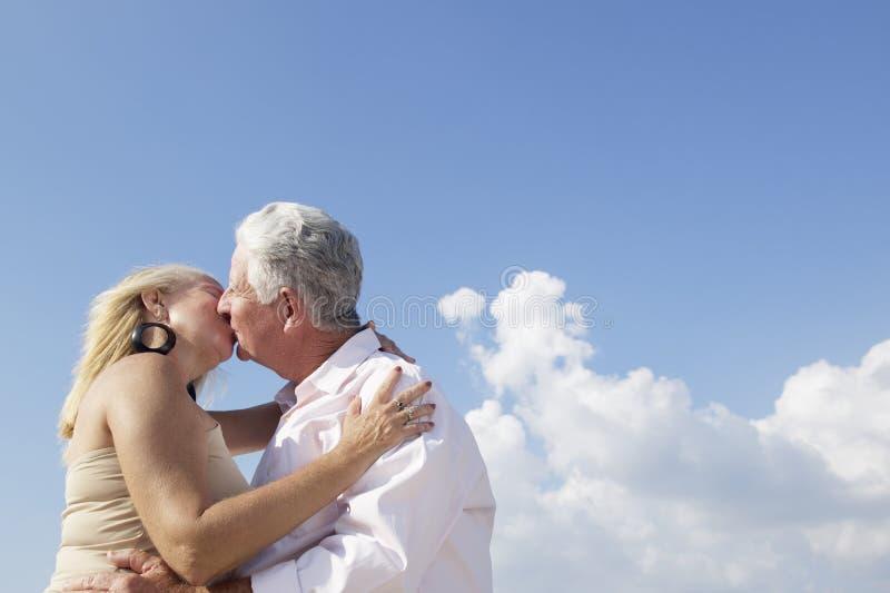 Det aktiv avgick folket, romantisk åldring kopplar ihop förälskat och kissi arkivfoto